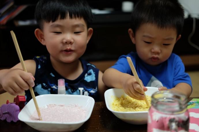 직접 우유 점토를 만드는 제작과정에 참여한 두 아들. 점토를 직접 만들어 보는 것은 좋았으나, 역시 미술 놀이를 집에서 하려면 부모의 큰 결심이 동반돼야 한다(ㅜㅜ). - 염지현 제공